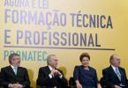 Presidente Dilma Rousseff ao lado do vice-presidente Michel Temer e dos presidentes da Câmara e do Senado na sanção do Pronatec (Foto: Roberto Stuckert Filho / Presidência)