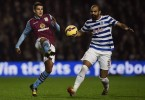 Volante Sandro, do Queens Park Rangers (direita), disputa jogada com Ashley Westwood, do Aston Villa